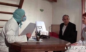Refrigerate vieille mariee se fait defoncee le cul chez le gyneco en trinity avec le mari