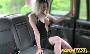 Personate taxi super sexy tow-haired with a wonderful body likes horseshit