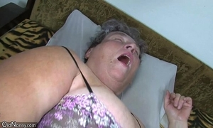 Venerable obese mummy teaches the brush obese younger woman masturbating allow for dildo